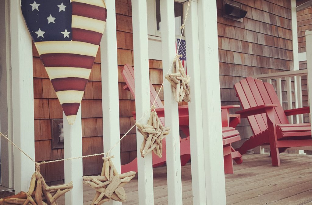 I love the look of driftwood. It provides a bit of texture and adds a great rustic appeal to any space. There are a wide variety of projects that you can create with driftwood! So stop what you are doing and head off to your local beach in search of an epic piece of driftwood for one of these DIY driftwood projects. Driftwood is the perfect decor item for your porch!